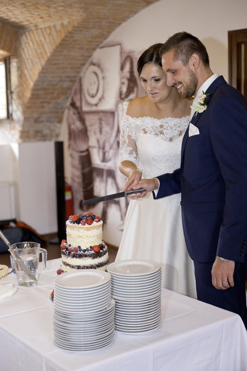 svatební dort - krájení